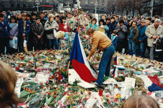 Demonstrators around flowers in Prague during the Velvet Revolution for Freedom. Photo: MD, Wikimedia Commons